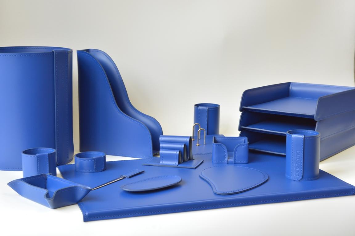 Набор на стол руководителя из синей кожи Cuoietto с бюваром и аксессуарами.