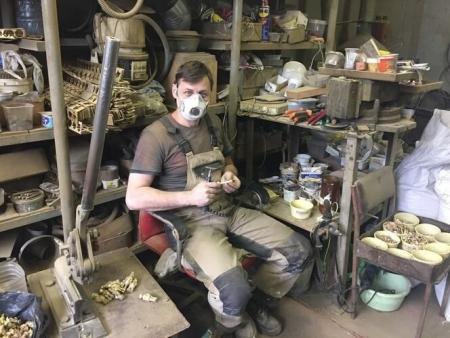 Мастер стачивает остатки литников бормашиной и полирует места их крепления к фигурке