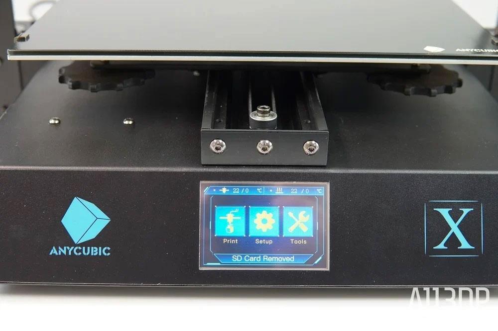 Чтобы следить за процессом печати и управлять им, у Mega X имеется 3,5-дюймовый сенсорный монитор. Если не ворчать по поводу немного запутанного меню, здесь есть всё необходимое. Интерфейсы обмена данными представлены SD и USB.