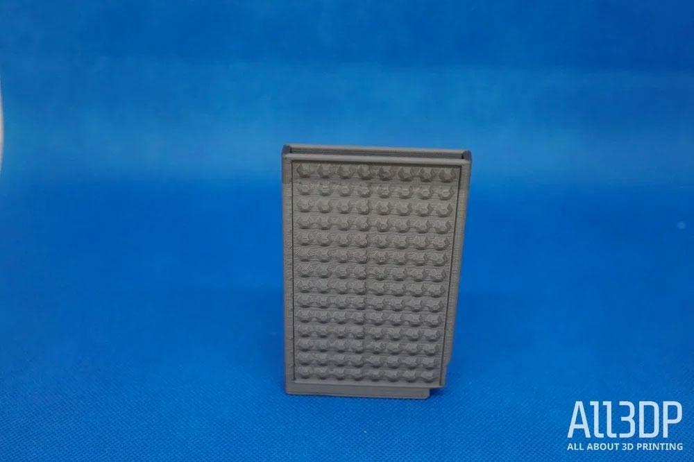 Два оттенка серого – футляр для кредитных карт, который мы напечатали, смоделировав ситуацию, когда филамент кончился