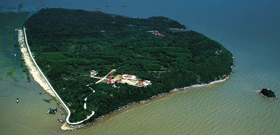Остров на озере Дунтин