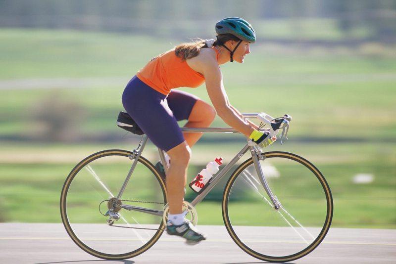 Женщина на шоссейном велосипеде