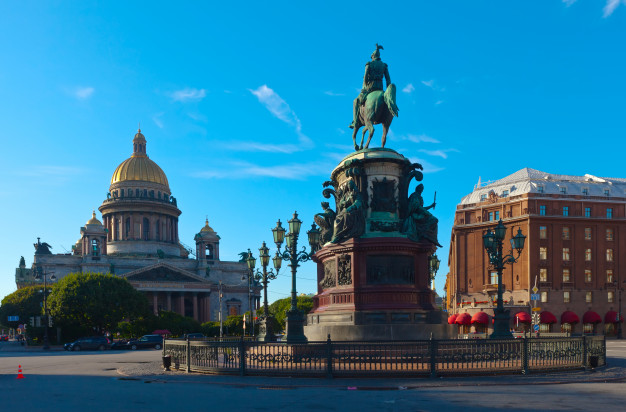 Искусственные елки с доставкой в Санкт-Петербург