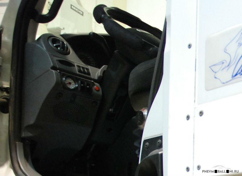 Система управления находится на панели приборов по левую руку от водителя: