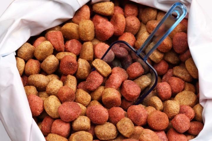 Продажа корма на развес приводит к появлению в магазине сильного специфического запаха