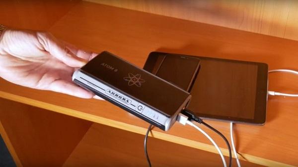 Пусковое устройство Aurora Atom 8 заряжает одновременно 2 гаджета