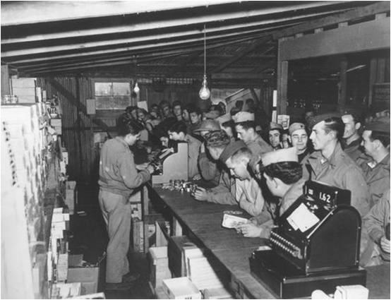 1945_American_solders_buying_knives.jpg