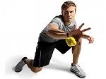 Мужчина ловит мяч для тренировки реакции