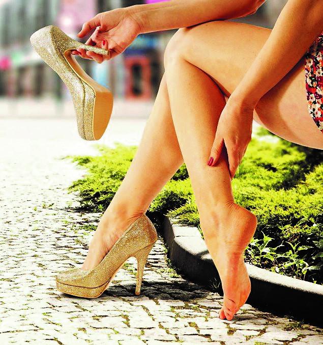 На фото - женские ноги с отёком