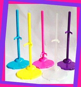 Разноцветные подставки для кукол
