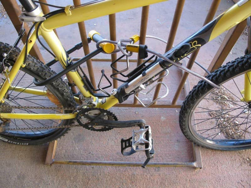 захист велосипеда двома різними замками( U-подібним і тросовим)