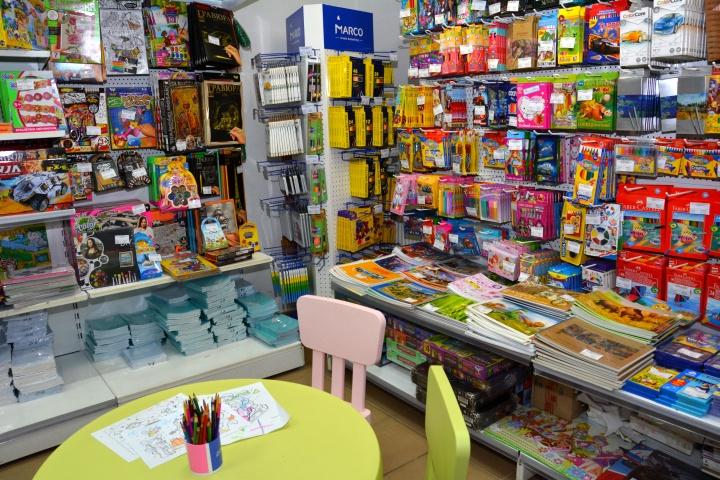 Детская зона – полезная деталь в интерьере магазина канцтоваров
