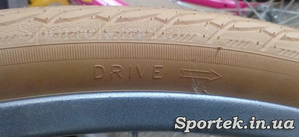 Покришка фірми Rubena із зазначенням напрямку обертання (Drive)