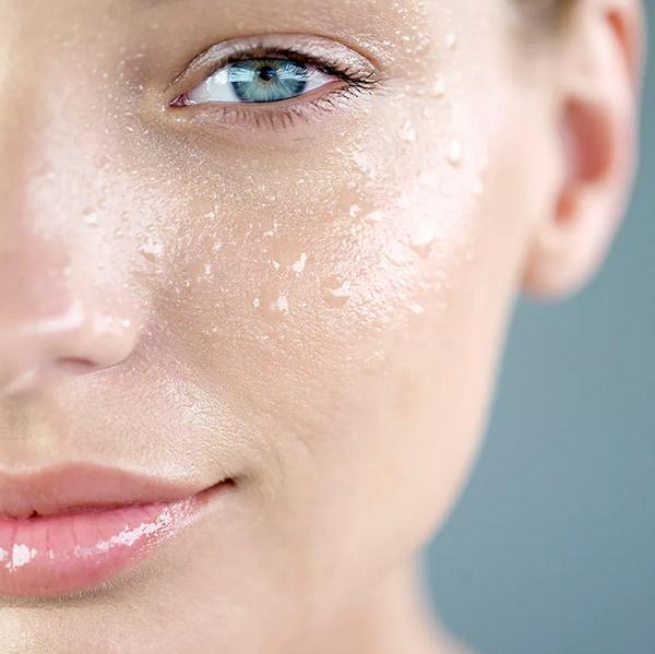 Базовый уход за жирной кожей включает в себя следующие процедуры: