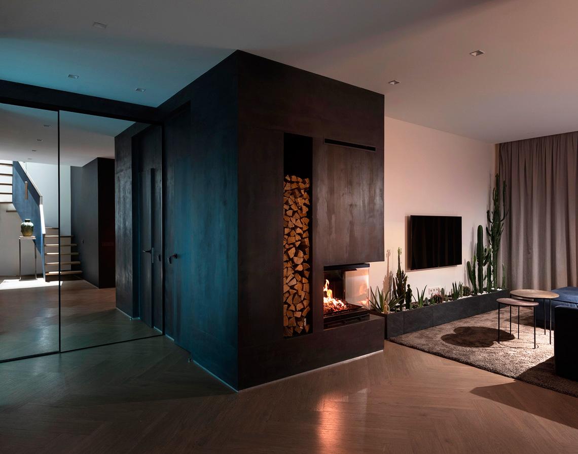 Интерьер гостиной с камином в скандинавском стиле