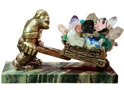 скульптура горняка с самоцветами