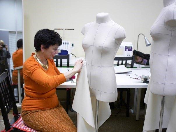 Обучение методу наколки на манекенах в Академии Burda