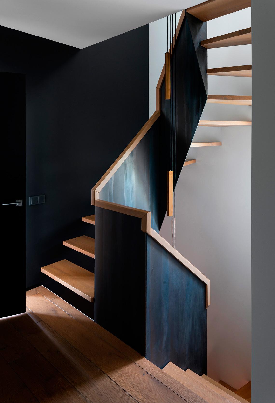 Современная лестница из металла