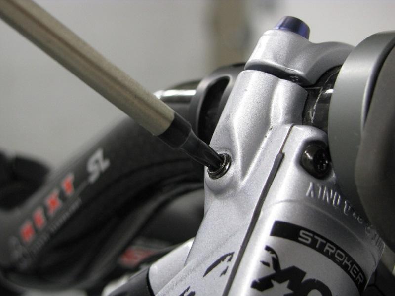 Как выкрутить заглушку из тормозной ручки