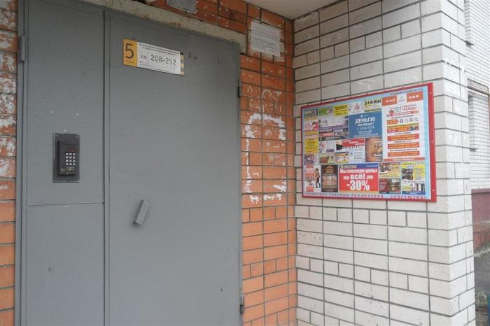 Реклама на подъезде