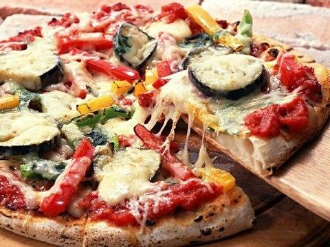 Вкусная пицца с баклажанами