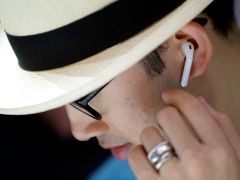 Apple планируют выпустить AirPods 2 в начале 2019 года.