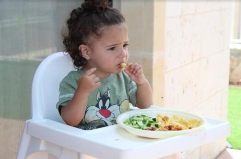 Чем опасно кормить ребёнка под мультики? И как отучить его от вредной привычки?