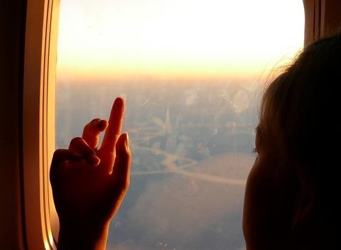 В самолёте с ребёнком: что делать, чтобы полет прошел комфортно?!
