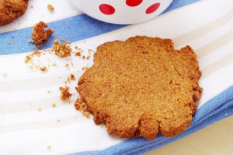 Песочное цельнозерновое печенье с корицей