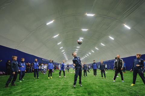 В Омске открыт первый в России крытый круглогодичный футбольный комплекс для школьников и местного населения, построенный на средства частных инвесторов
