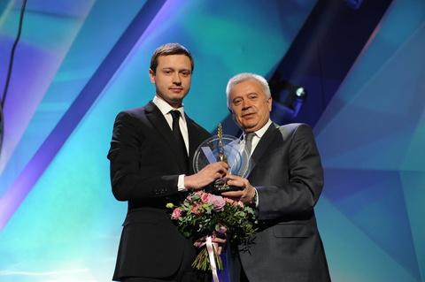 Вагит Алекперов вручил Илье Ковалеву премию за личный вклад в развитие социального предпринимательства