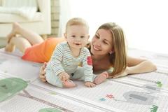 Как решиться отпустить малыша в свободное ползание?