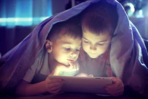 Зависимость от гаджетов: ребенок не выпускает из рук телефон / планшет?
