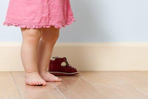 Как лучше ходить дома: в обуви или босиком?