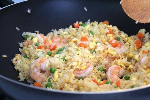Жареный рис с креветками и овощами в воке