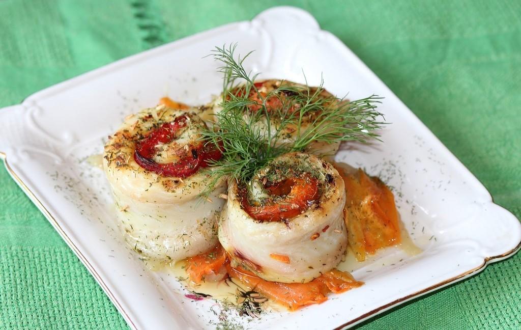 Рыбные рулетики из сибаса на подушке из овощей в сочетании с лимонным соусом