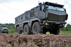 Военный внедорожник проходит испытания в горах