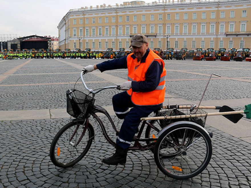 Дворники в Санкт-Петербурге будут передвигаться на трехколесных велосипедах с корзиной
