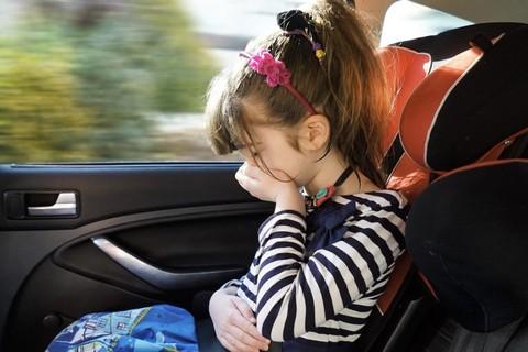 Ребенка укачивает в машине, что делать?