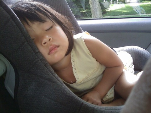 Как организовать ребёнку сон во время поездок?