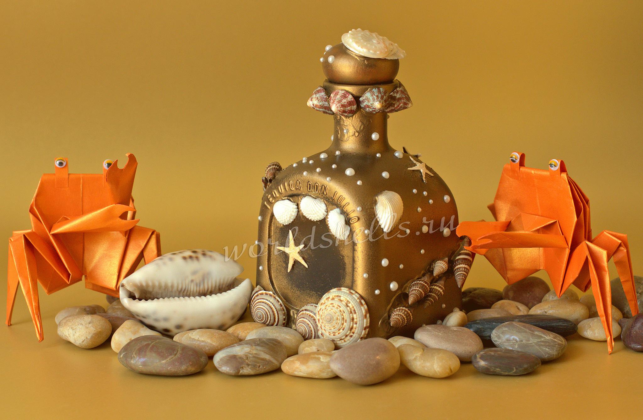 Бутылки, бокалы и сундук в морском стиле