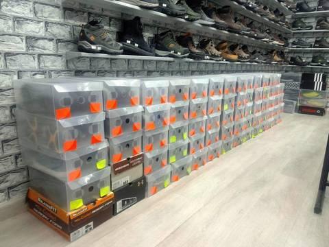 Использование пластиковых прозрачных коробок в обувном магазине