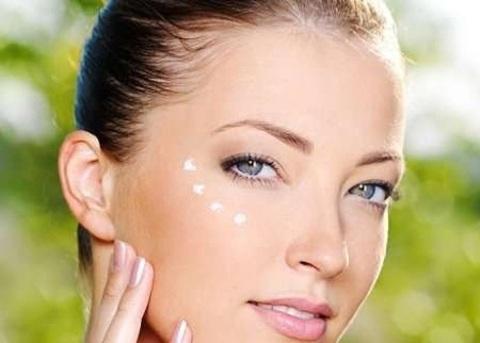 Как правильно наносить крем для глаз