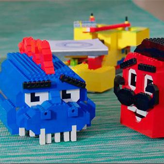 Дети собирают роботов из компонентов Lego
