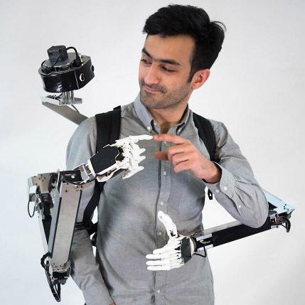 Робот-рюкзак оснащен парой рук