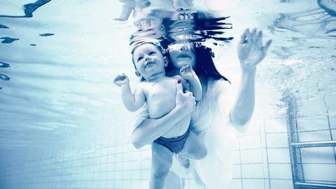 Как и зачем нужно заниматься плаванием с грудничками? В чем польза?