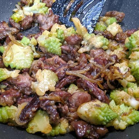 Wok с мясом и капустой Романеско