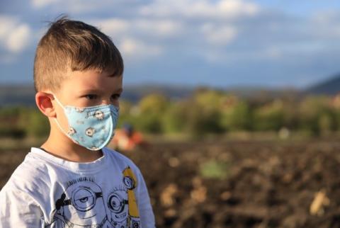 Российским детям до 7 лет разрешили не носить маски