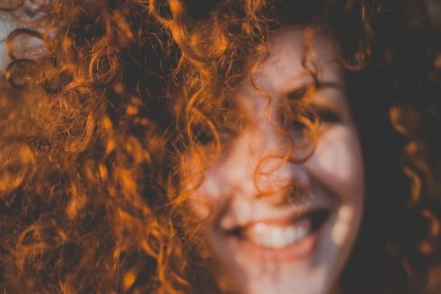 Как хна окрашивает волосы?