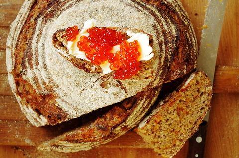 Цельнозерновой хлеб с запеченным бататом на закваске